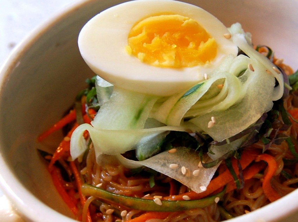 bibim naengmyeon 003 1023x7651 Bibim Guksu (비빔국수)   Create Your Own!